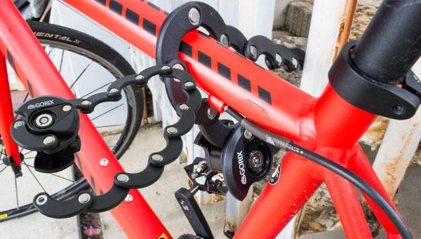 くるくる巻く、実は長い、自転車盗難防止鍵。シートポストに取付け可能。